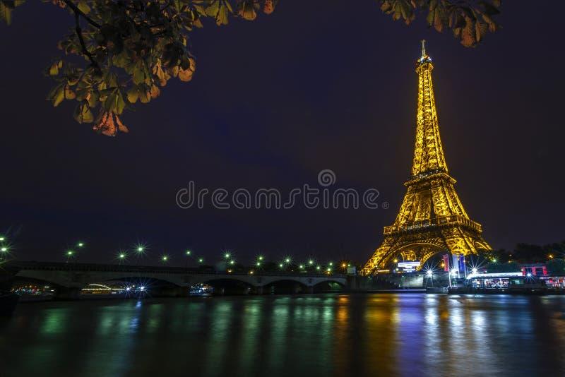 Torre Eiffel en la noche y el puente de Iena foto de archivo
