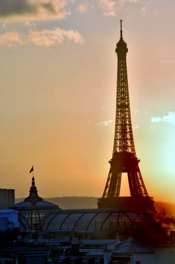 Torre Eiffel en la puesta del sol imagen de archivo libre de regalías