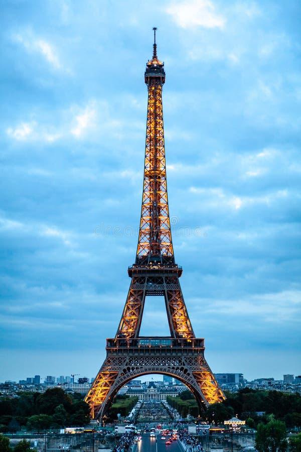 Torre Eiffel en la puesta del sol en París foto de archivo