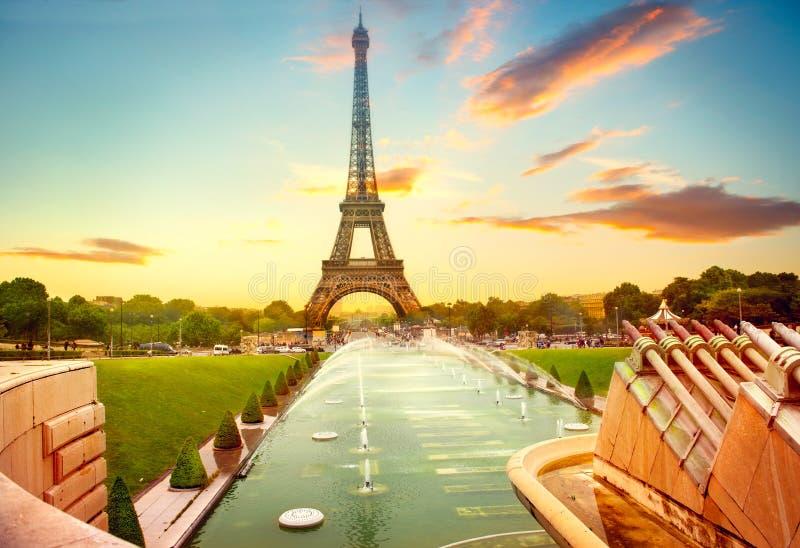 Torre Eiffel en la salida del sol, París, Francia foto de archivo