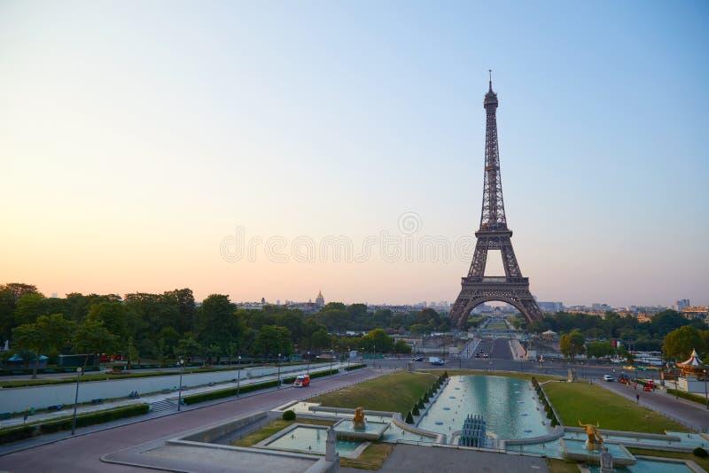 Torre Eiffel en la salida del sol, vista de Trocadero en París, Francia fotografía de archivo
