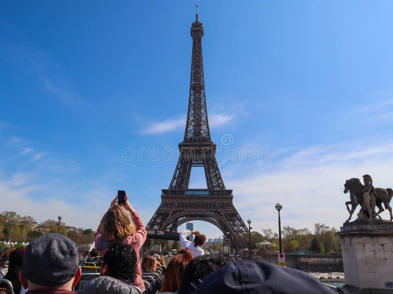 Torre Eiffel en París Francia contra el cielo azul con las nubes Visión desde un autobús turístico En abril de 2019 fotografía de archivo libre de regalías