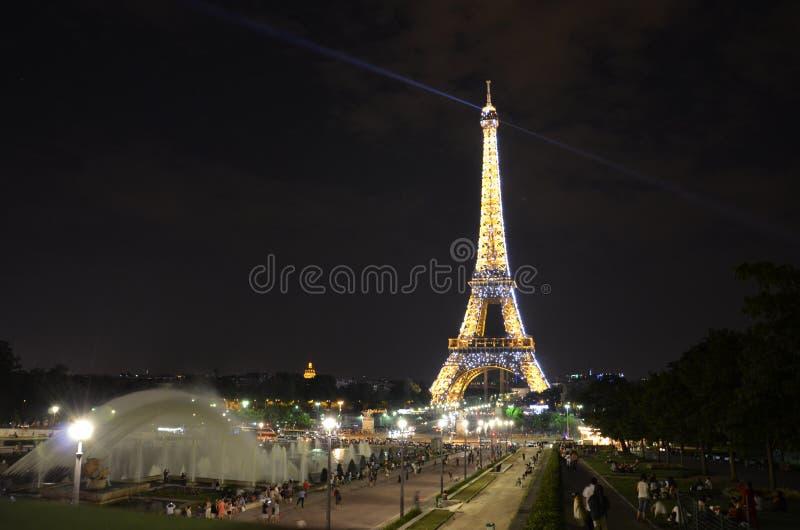 Torre Eiffel en París - vista nocturna foto de archivo