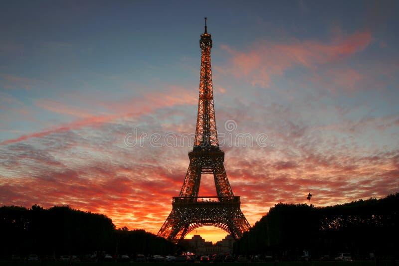Torre Eiffel en puesta del sol. foto de archivo