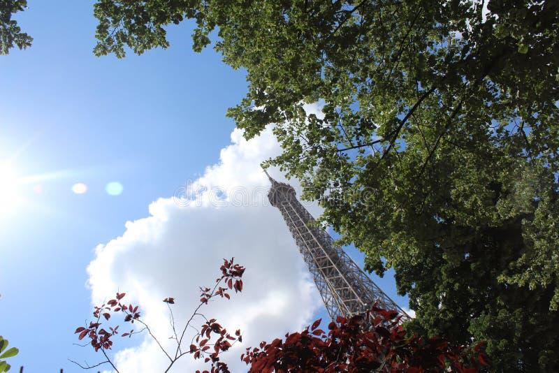 Torre Eiffel en The Sun imagenes de archivo