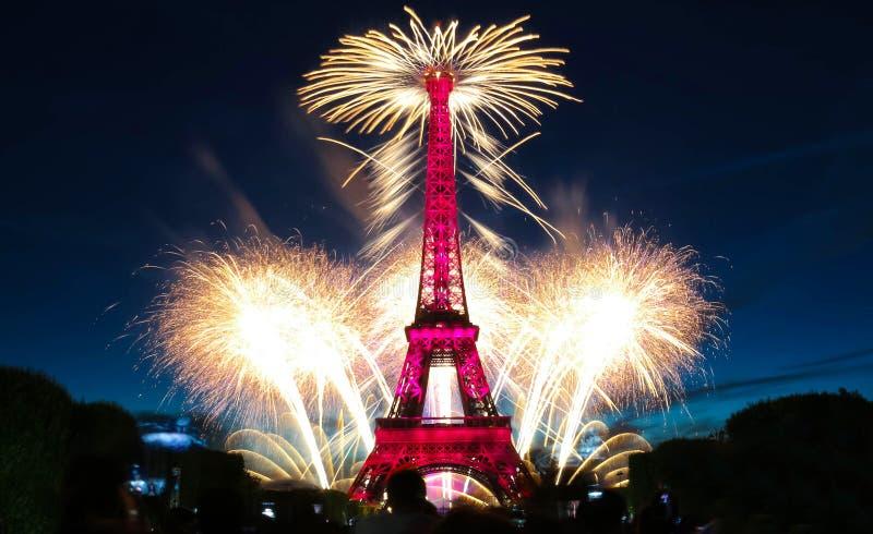 Torre Eiffel famosa y fuegos artificiales hermosos durante celebraciones de la festividad nacional francesa - día de Bastille foto de archivo