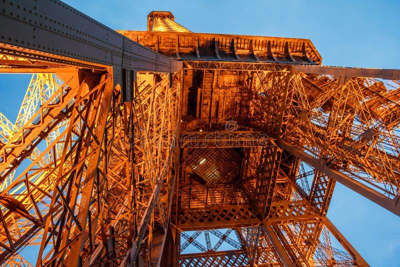 A torre Eiffel ilumina fogos fotografia de stock royalty free