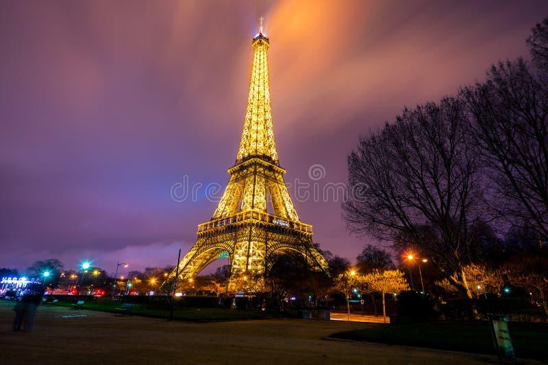 Torre Eiffel iluminada brilhantemente no crepúsculo fotografia de stock