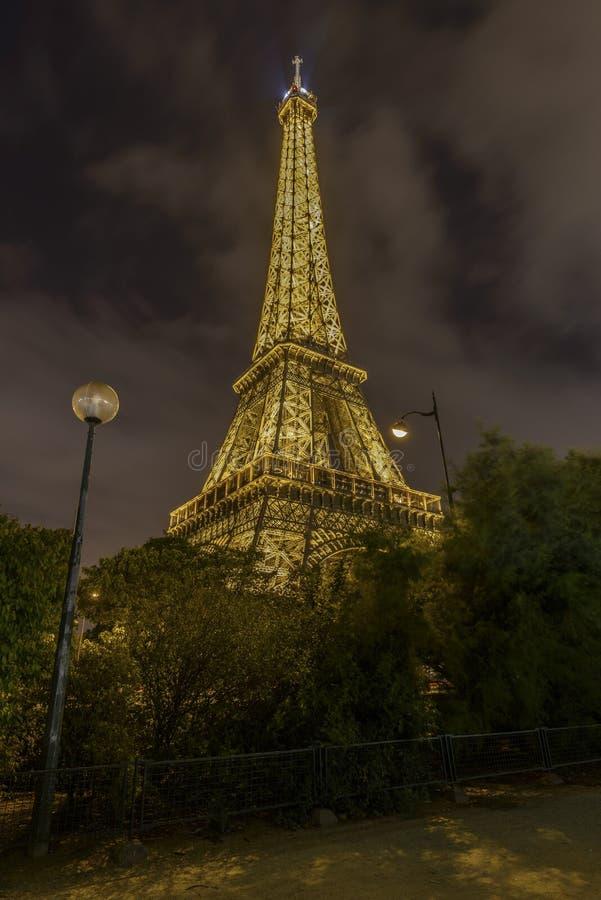 Torre Eiffel iluminada en la noche fotografía de archivo