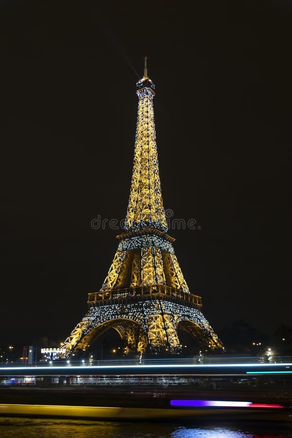 Torre Eiffel iluminada en París imagenes de archivo