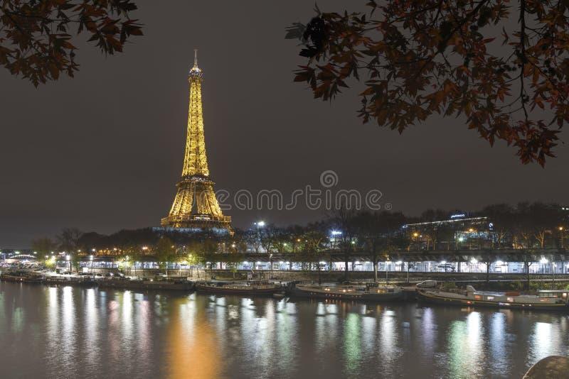 Torre Eiffel iluminada en París fotografía de archivo