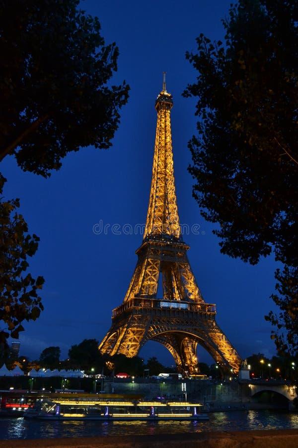 Torre Eiffel iluminada na noite no céu azul imagem de stock
