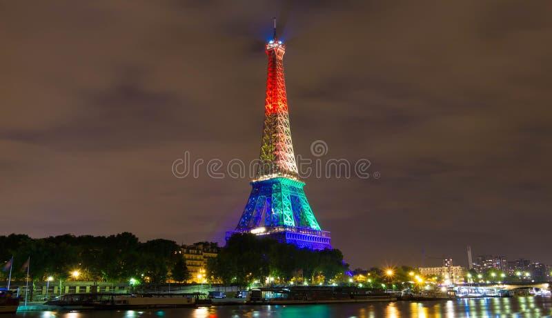 A torre Eiffel iluminou-se acima com cores do arco-íris, Paris, França imagem de stock