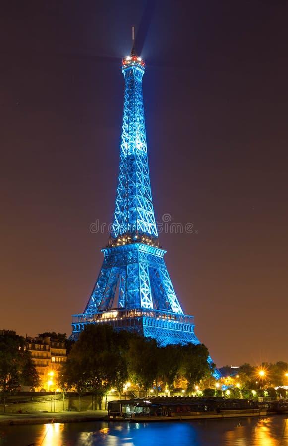 A torre Eiffel iluminou-se acima na cor azul na noite, Paris, França fotos de stock royalty free