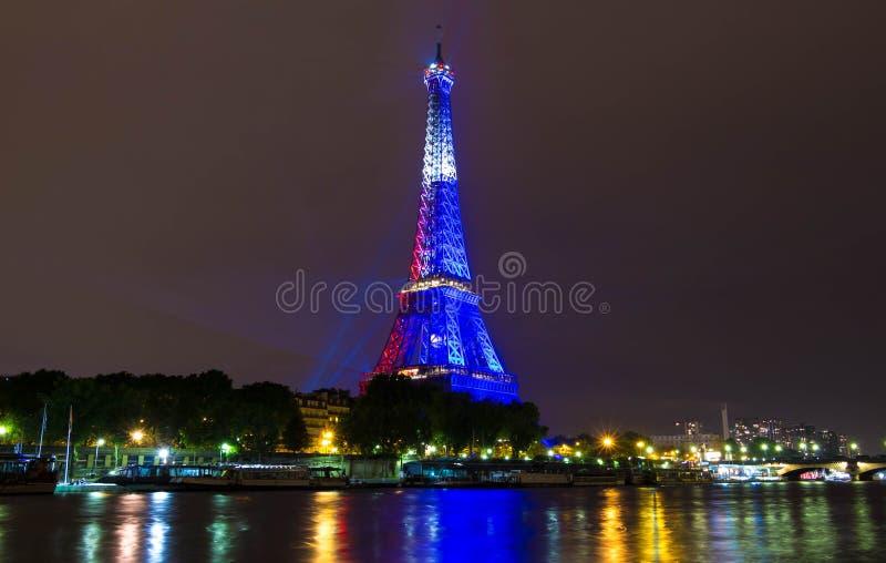 A torre Eiffel iluminou-se acima na cor da bandeira francesa, Paris, França fotos de stock