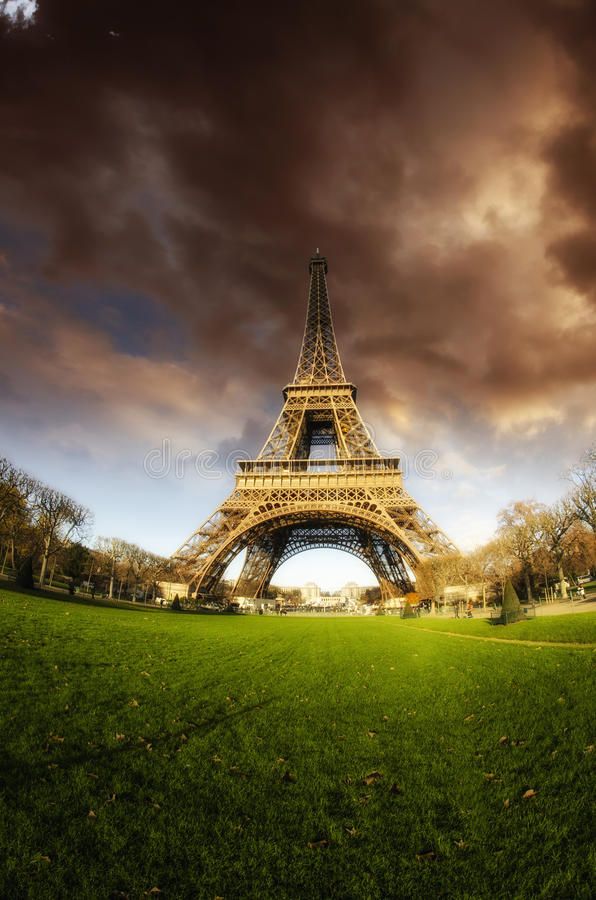 Torre Eiffel inminente del mún tiempo imagen de archivo