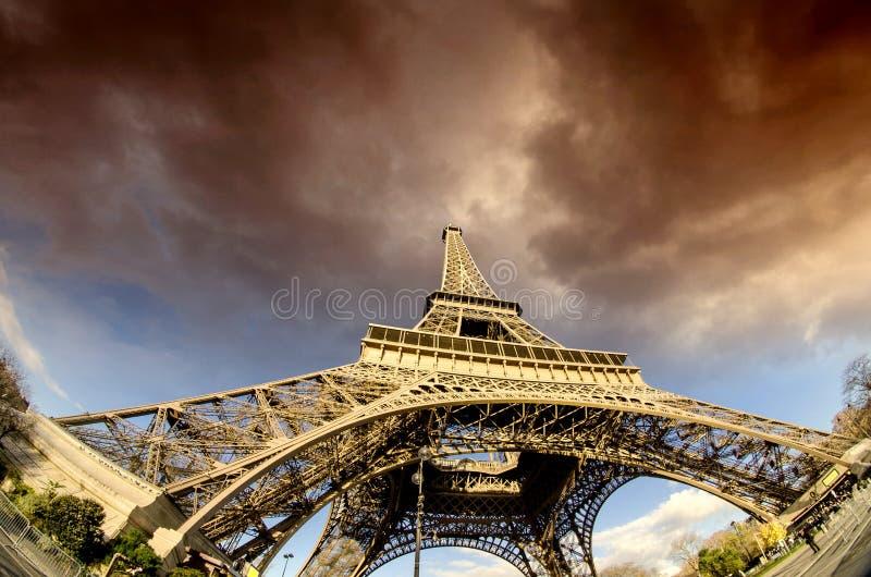 Torre Eiffel inminente del mún tiempo foto de archivo libre de regalías
