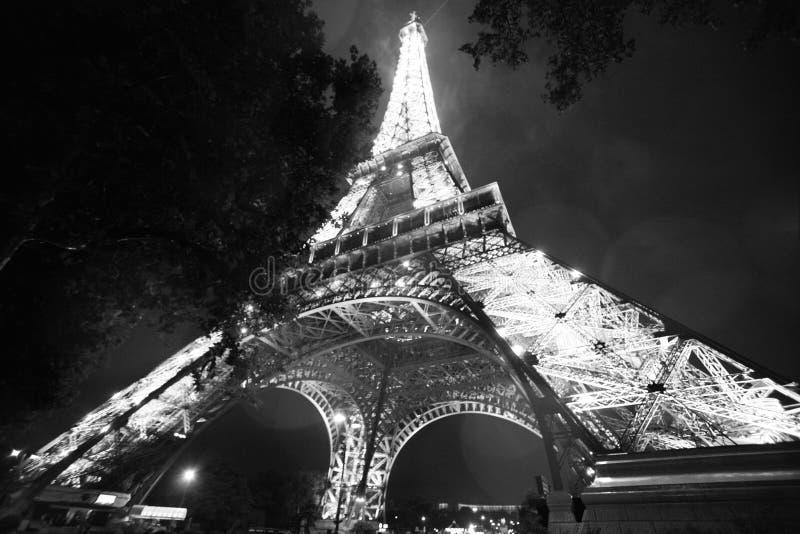 Torre Eiffel na noite Ângulo incomum fotografia de stock