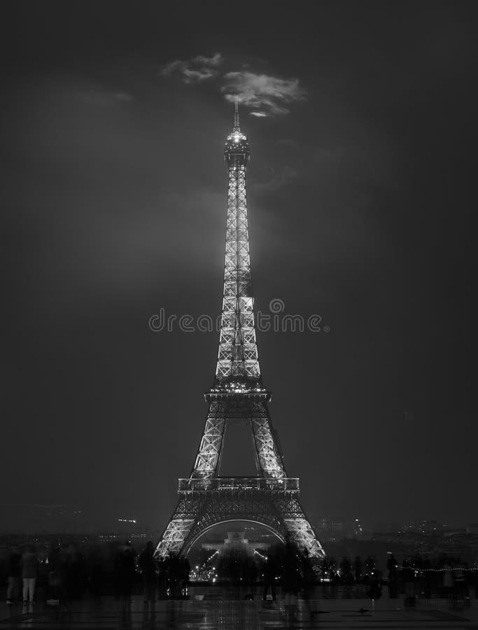 Torre Eiffel na noite cloudy Rebecca 36 foto de stock royalty free