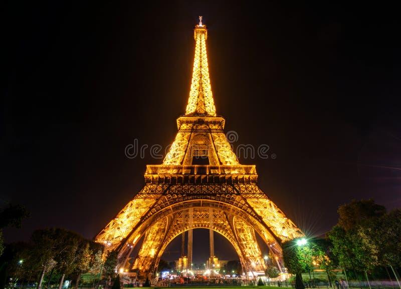 A torre Eiffel na noite em Paris fotos de stock royalty free