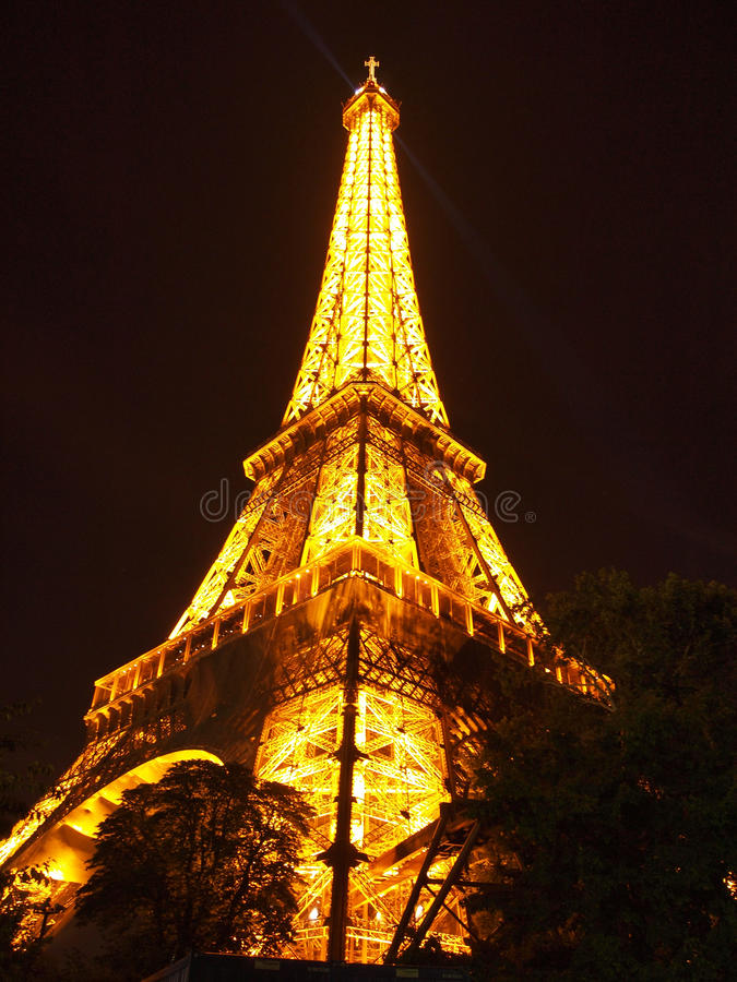 Torre Eiffel na noite em Paris em France, Europa fotografia de stock royalty free