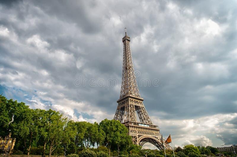 Torre Eiffel no céu nebuloso em Paris, França Estrutura da arquitetura e conceito de projeto Férias de verão na capital francesa fotos de stock
