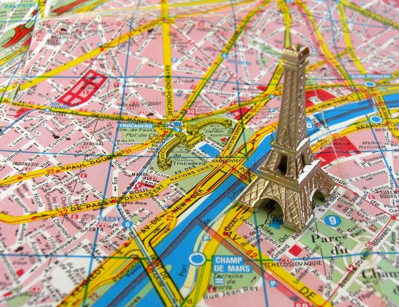 Torre Eiffel No Mapa De Paris Fotos de Stock Royalty Free