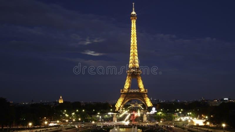 Torre Eiffel - opinião da noite imagem de stock