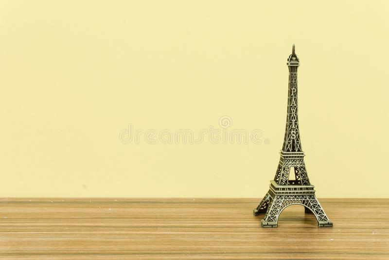 Torre Eiffel, París, Francia con el fondo amarillo imagenes de archivo