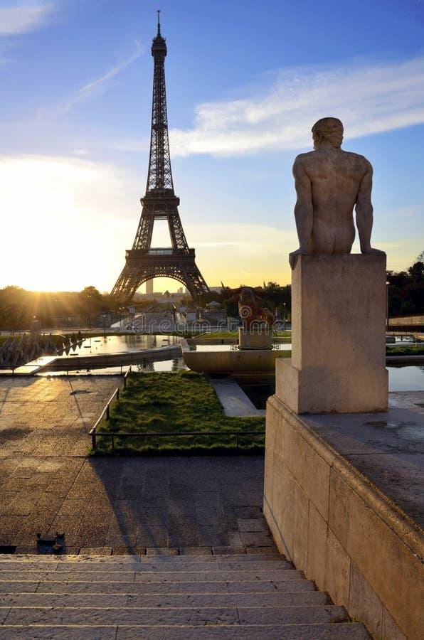 Torre Eiffel parís francia Estatua y salida del sol fotografía de archivo libre de regalías