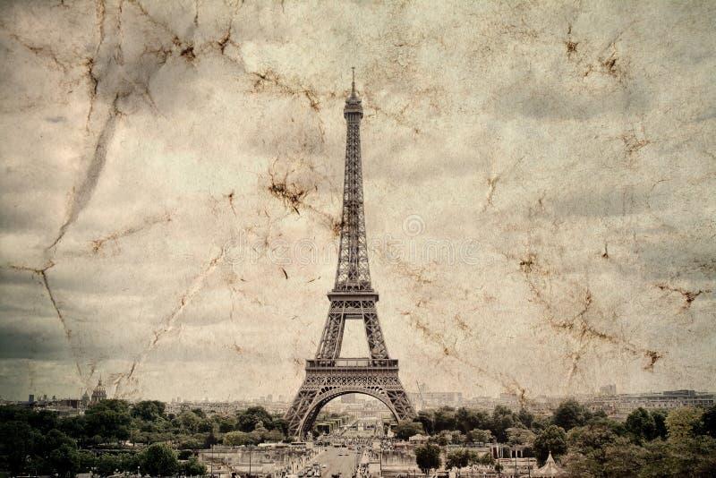 Torre Eiffel a Parigi Fondo d'annata di vista Visiti la vecchia retro foto di stile di Eiffel con carta sgualcita crepe immagine stock
