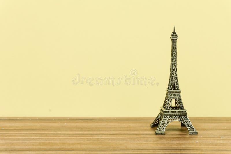 Torre Eiffel, Parigi, Francia con fondo giallo immagini stock