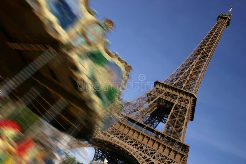 Torre Eiffel, Paris, e merry-go-round movente fotos de stock