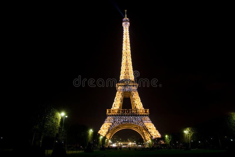 Torre Eiffel por noche foto de archivo