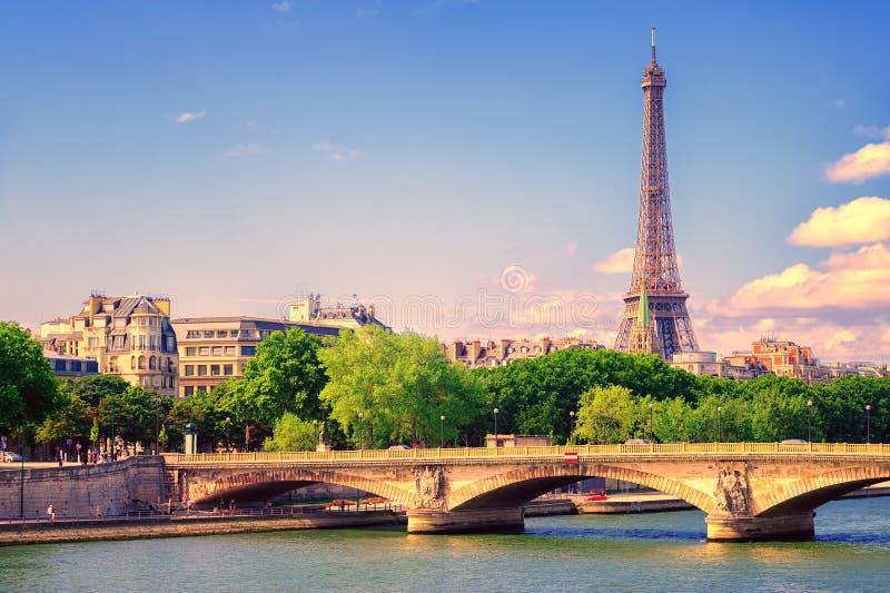 Torre Eiffel que sube sobre río Sena, París, Francia foto de archivo libre de regalías