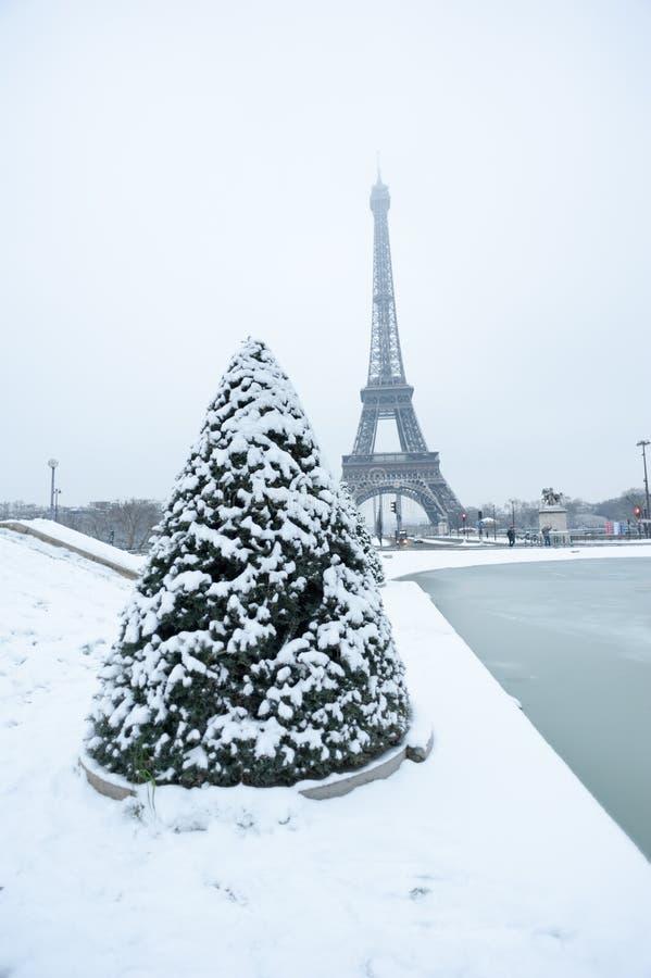 Torre Eiffel sob a neve no inverno em Paris fotos de stock