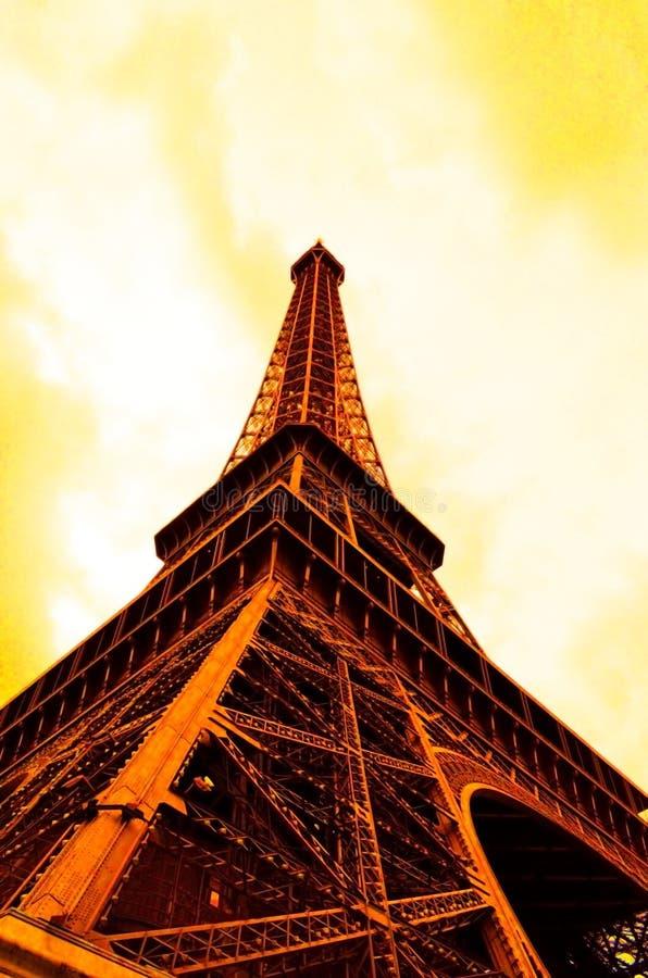 Torre Eiffel sob o céu nebuloso imagens de stock