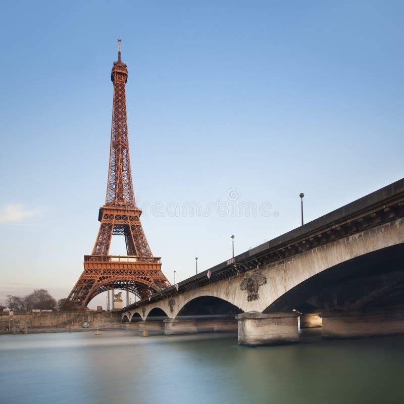 Torre Eiffel sobre el cielo azul en la puesta del sol, París fotos de archivo libres de regalías