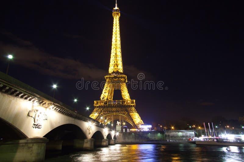 Torre Eiffel sobre el Sena en París fotografía de archivo libre de regalías