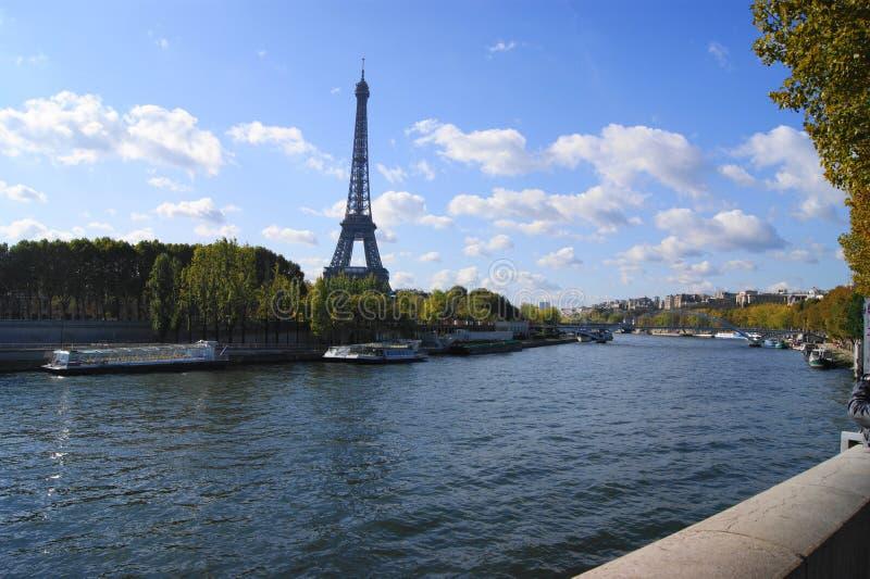 Torre Eiffel sobre o Sienne fotografia de stock