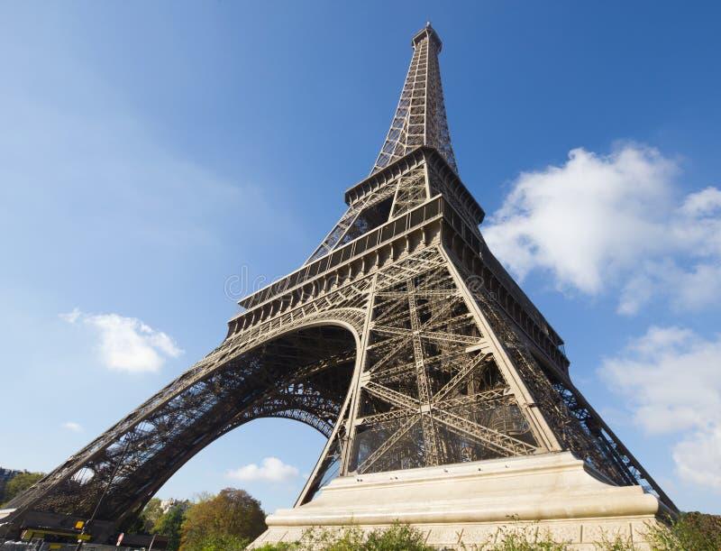 Torre Eiffel Sunlit, París, contra el cielo azul imagenes de archivo