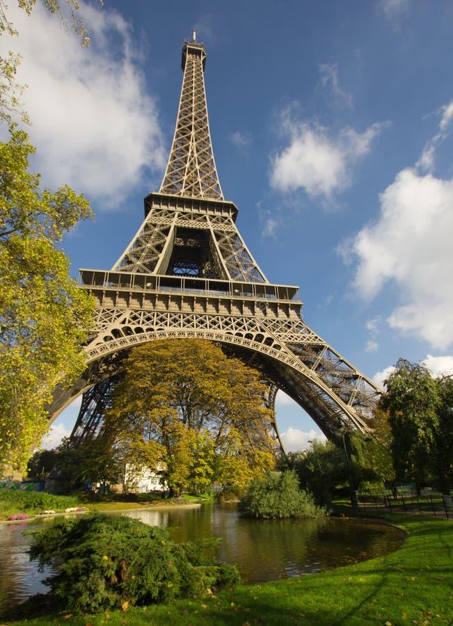 Torre Eiffel Sunlit, Paris, sobre o parque e o lago imagens de stock