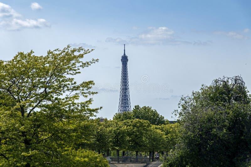 A torre Eiffel uma dos marcos os mais icônicos de Paris localizou no Champ de Mars em Paris, França imagem de stock royalty free