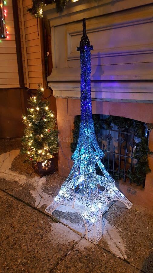 Torre Eiffel usando luces de la Navidad azules imagenes de archivo
