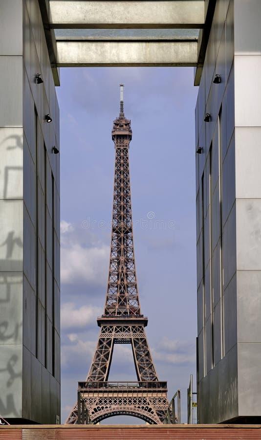Torre Eiffel vista através de MUR de la Paix foto de stock royalty free