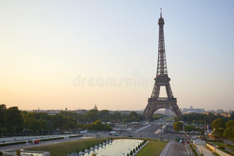 Torre Eiffel vista de Trocadero, ninguém em uma manhã clara em Paris, França fotografia de stock royalty free