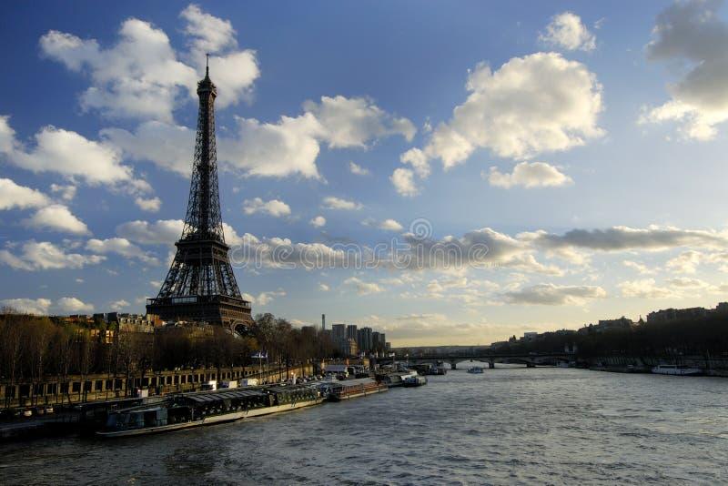 Torre Eiffel y el río Seine. foto de archivo libre de regalías