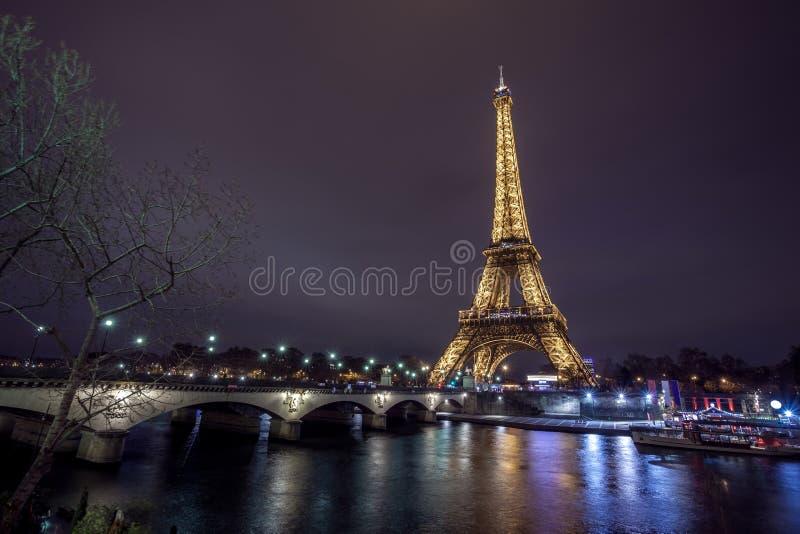 Torre Eiffel y puente en la noche, Par?s, Francia de d ?Iena imagen de archivo libre de regalías