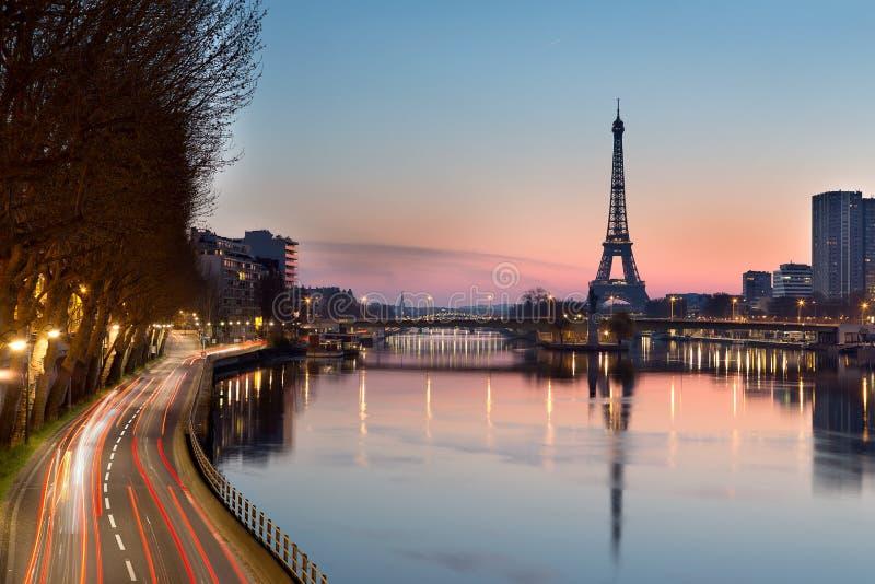 Torre Eiffel y río Sena en la salida del sol, París - Francia fotos de archivo libres de regalías