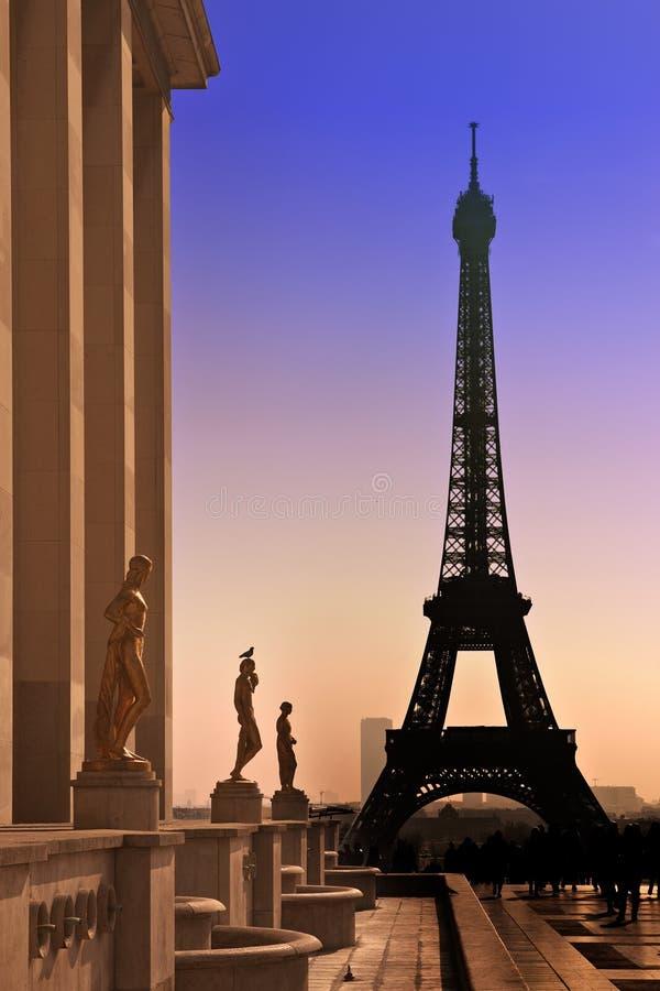 Torre Eiffel y siluetas de esculturas. imágenes de archivo libres de regalías